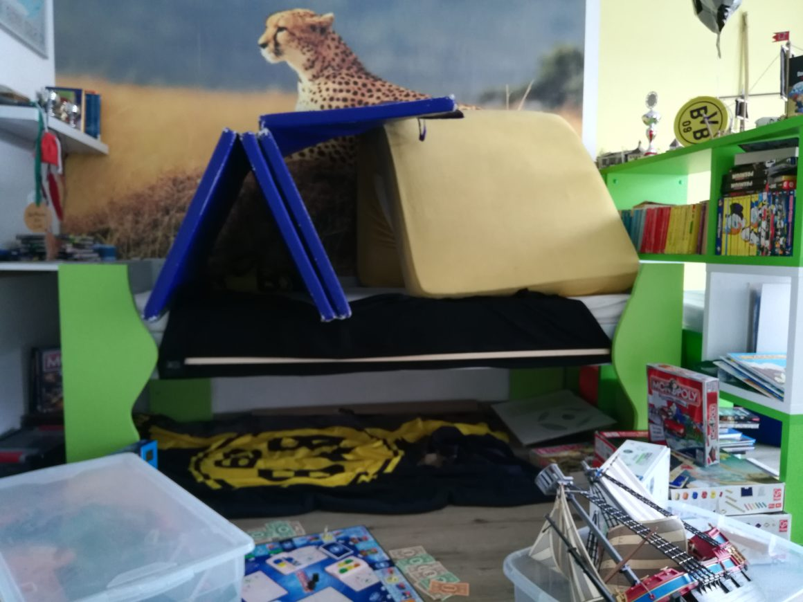 22: Wir bauen eine Betthöhle mit Decken und Matratzen  – Beitrag der 3.Klasse
